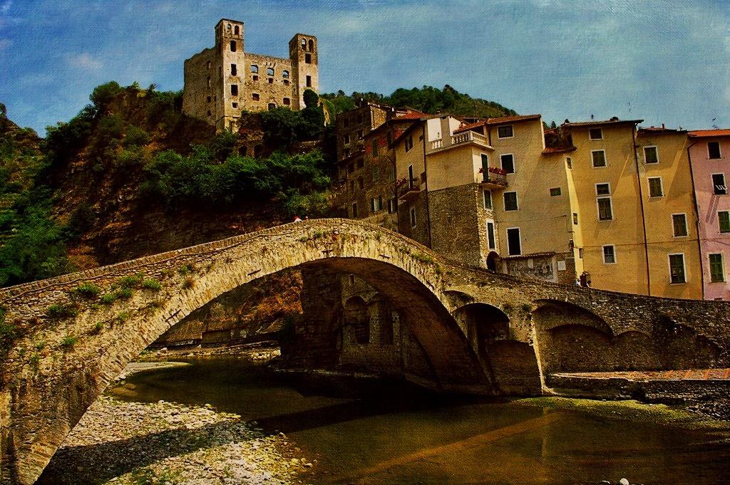 Le village de Dolceacqua (Italie), près de la frontière sud-est de la France)