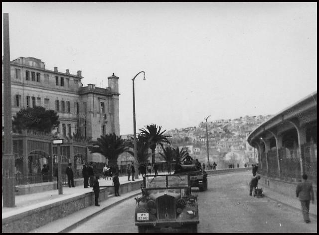"""Νέο Φάληρο, γερμανική Κατοχή. Αριστερά το """"Μέγα"""" ξενοδοχείο του Νέου Φαλήρου, στο βάθος ο λόφος της Καστέλλας και δεξιά ο σταθμός των ΕΗΣ."""