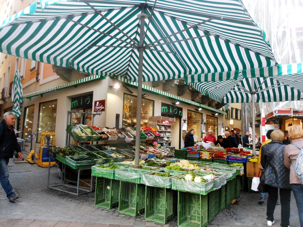 Lugano 31/10/2016: Outdoor fruit and vegetable market / Me
