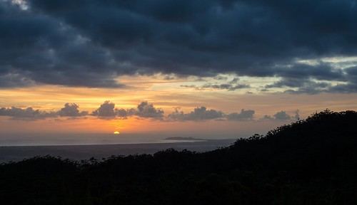 sunrise sunlitclouds byronbay capebyron koonyumrange landscape ocean southpacificocean coralsea northcoast nsw australia morning dawn cloudscape spring nationalparksandnaturereserves mountjerusalemnationalpark