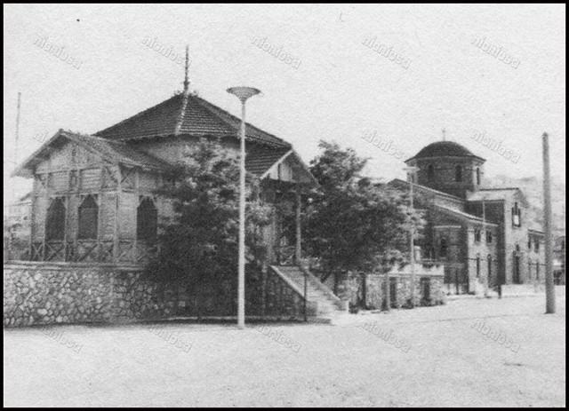Το ξύλινο περίπτερο του Ναυτικού Ομίλου Φαλήρου και ο Ι.Ν. της Παναγιάς της Μυρτιδιώτισσας. Ιστορικό Αρχείο Δήμου Πειραιά.
