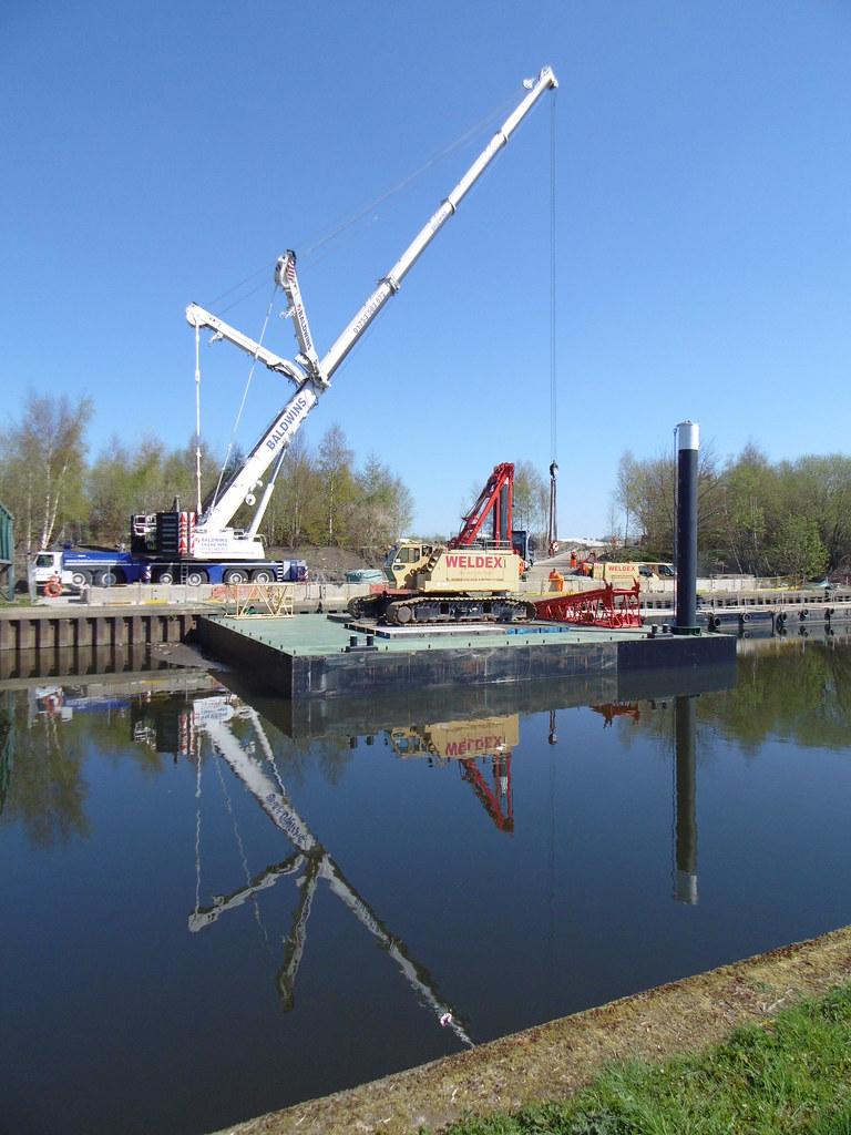 Liebherr and Kobelco cranes   Weldex Kobelco CKE1800 crawler