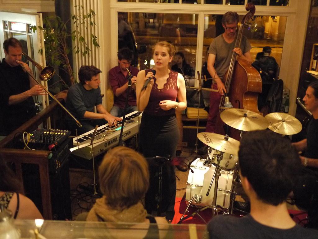 P1170863 Musik Im Hinterhof Spater Im Cafe Cup Thorsten