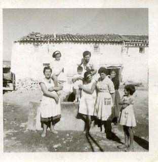 Vecinos en la fuente de la plaza de Toril. COLECCIÓN JAVIER DALDA. Año 1965.