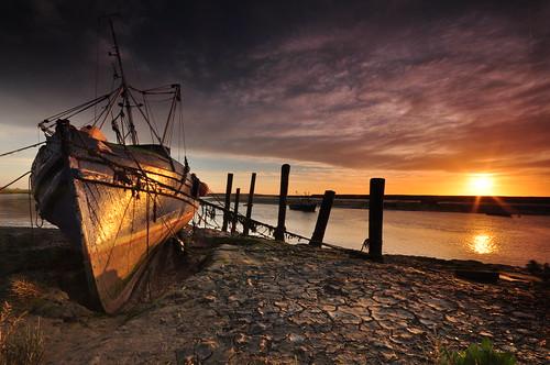 sunrise seascape fishingboat old mud ropes sun greyclouds river greatphotographers