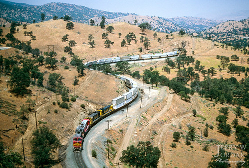 c449w unittrain tunnel intermodal doublestacks warbonnet atsf 672 curve mountain train tehachapi california unitedstates us