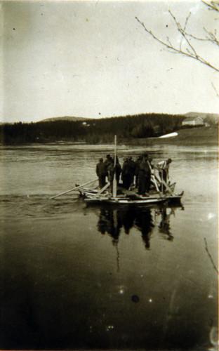 6. Kompani seiler over Ranaelva på flåte