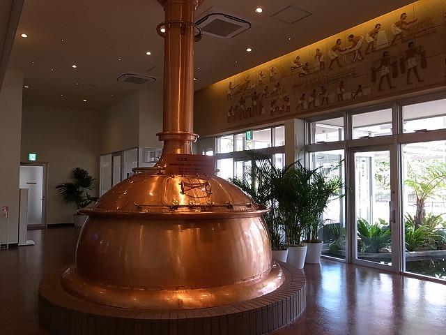 <p>b)実際に使われていた銅の蒸留窯</p>