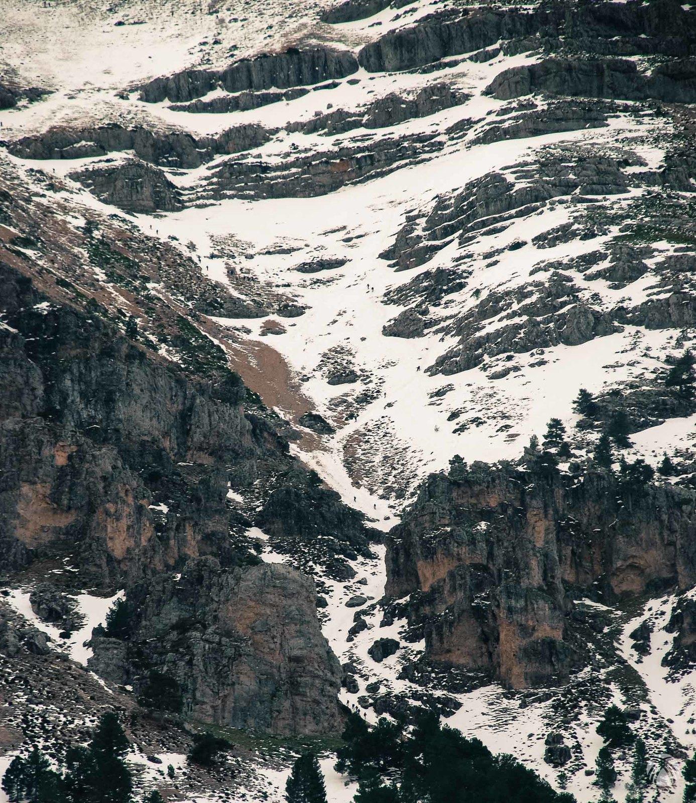 En el embudo se ve mucho montañero subiendo