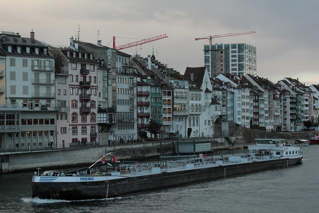 Tankmotorschiff TMS Trienke ( Baujahr 1987 - Tonnage 2`499 t - Länge 105.08 m - Breite 10.50 m - ENI 07001705 - Rheinschiff Tanker Tankschiff Schiff ) auf dem Rhein - Hochrhein in der Stadt Basel im Kanton Basel Stadt der Schweiz