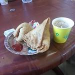 インドなう。車で移動ちう。高速のサービスエリアで朝食。サモサ&チャイ。サモサの中身はじゃがいもやその他の野菜など。ヘビーなコロッケ。美味しい。チャイはとてもスパイシー。美味しい。