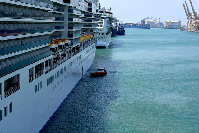 Manœuvre d'évitage et d'accostage du COSTA DELIZIOSA - Costa Crociere - Port de Barcelone - 06 aout 2013