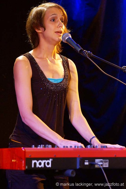 Ángela Tröndle: vocals, piano, keys