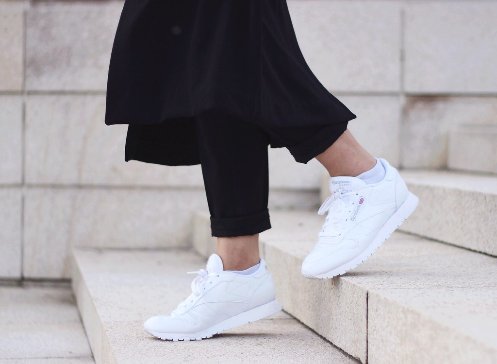 25fdba2328bce ... Street-style-reebok-classic-white-sneakers-trend