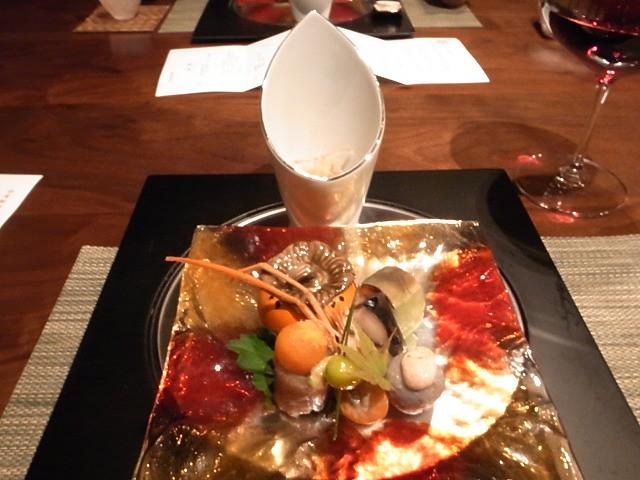 <p>b)前菜<br /> 本日の旬菜盛り合わせ</p>