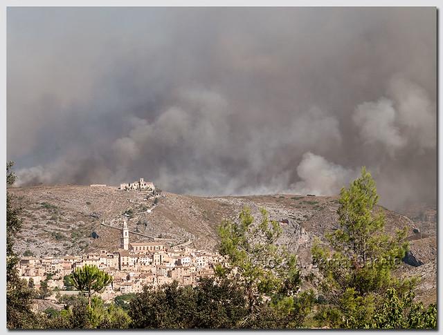 Bocairent, rodeado por un incendio forestal.