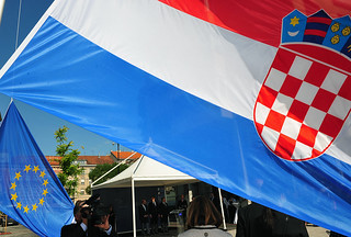 The Croatian flag, in the foreground, and the European flag, in the background | by European Parliament