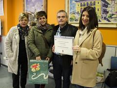 Las responsables de la tienda Artarrai y la agraciada del sorteo popular reciben sus premios de manos del técnico municipal Jesús Portugal.