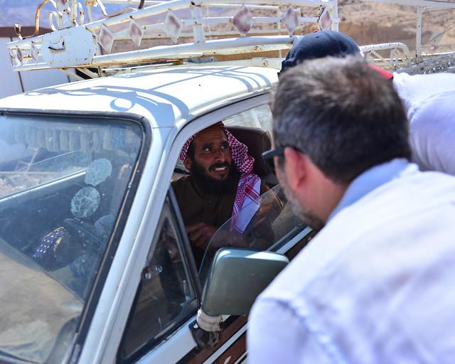 Preguntando a un conductor por una dirección en Jordania