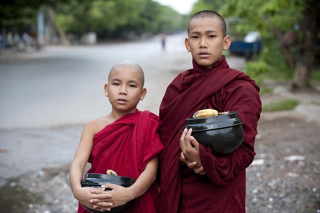 MM096 Myanmarese boy monks