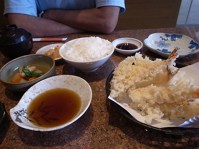 <p>d)えび天ぷら定食のえびは何故か羽つき餃子のようです。</p>
