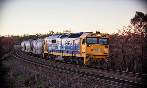 sunset dusk pn 8165 pacificnational 2136 yanderra 81class bluecirclecement australiancement rpaunsw81class railpage:class=47 railpage:loco=8165 rpaunsw81class8165 railpage:livery=23