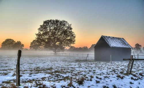 sonnenuntergang sunset nebel mist schnee snow scheune barn winsenluhe grevelau niedersachsen lowersaxony deutschland germany pentax k3 pentaxsmcda18270 matthias körner mattkoerner1 mk|photography