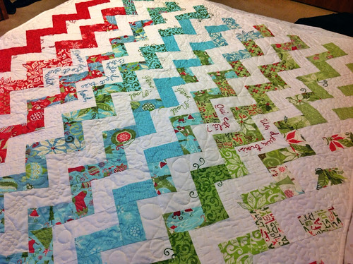 Père-Noël zigzag quilt tutorial part three: improv patchwork for the quilt back and machine binding with mitered corners | by Antípodas