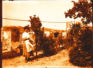 Madre e Hija en Roca Tarpeya hacia 1910. Fotografía de Pedro Román Martínez (c) JCCM, AHP, Fondo Rodríguez. Signatura R-118-3-03 | by eduardoasb