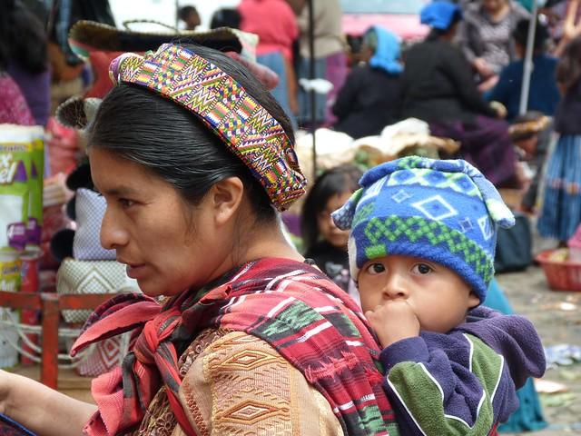 Madre e hijo en el mercado de Almolonga (Quetzaltenango, Guatemala)