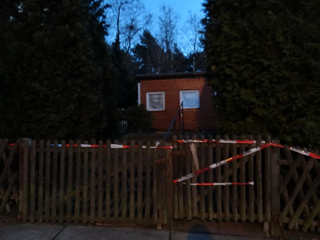 Die Feuerwehr am Jägerpark in Dresden die Brandstelle als Tatort beschlagnahmt und mit einem rot-weißen Absperrband gesichert nachdem die Einsatzkräfte der Feuerwehr die Flammen löschten konnten 01484