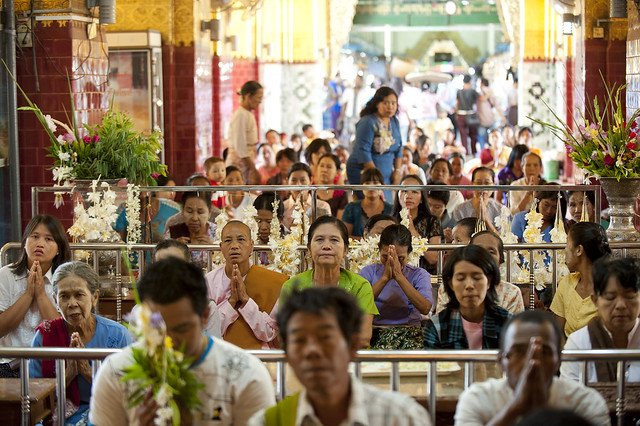 MM089 Myanmarese worshipers - Mahamuni Paya - Mandalay