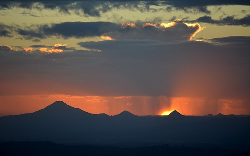 sunset sunsetclouds showers sundown silhouette horizon flinderspeak sequeensland queensland australia australianlandscape mountain winter albertvalley loganvalley tamborinemountain burrumpa countryside mounttamborine