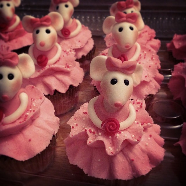 Lots of tiny dancers ;) Angelina Ballerina cupcakes to cel