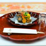 KINCHA-RYO,EST.1933,KAGA-CUISINE,KANAZAWA,ISHIKAWA PREF., RETREAT BY SAIGAWA RIVER, JPN/ 金茶寮、天皇の宿、国賓の宿、貴賓の宿、加賀の金茶寮、金茶寮の「富貴の間」、玄関門部分は昭和時代の「日本の宿十景」の一番目、犀川畔、四季を愛でる加賀料理、朝食は茶室御亭(おちん)の間で、郷土料理の治部煮も、「一客一亭」のおもてなし、女将・北元慶子、加賀前田家 家老横山男爵の別邸、金沢最高峰の宿、きんちゃりょう