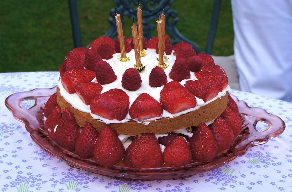 Magnificent Birthday Cake Strawberries Cream Birthday Cake Phoenix Leo Personalised Birthday Cards Paralily Jamesorg