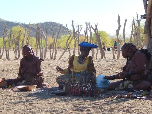 Opuwo - himba dorp - 1 herero dame met koehoorns