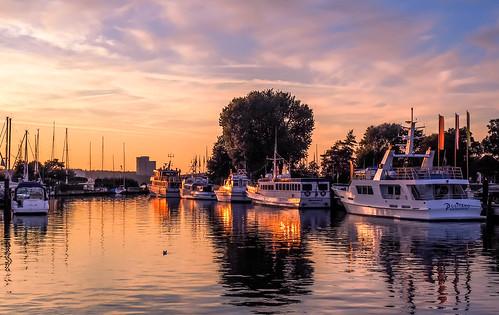 deutschland germany niendorf hafen harbour schiff ship boot boat sailboat sonnenuntergang sunset sunsetmood spiegelung reflection seascape