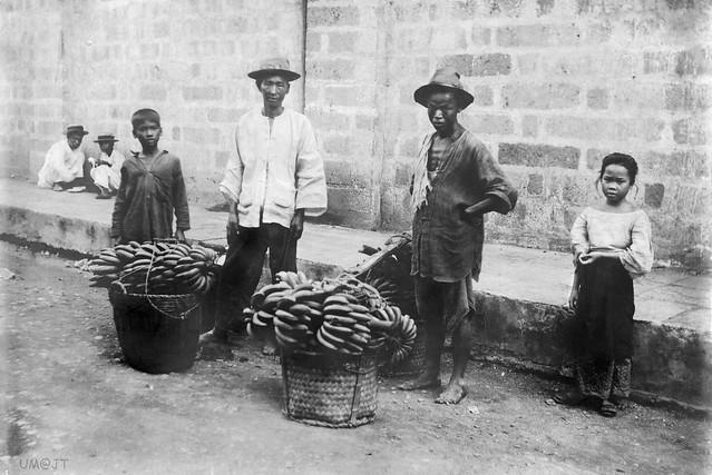 Filipino banana merchants, Philippines, 1900-1902