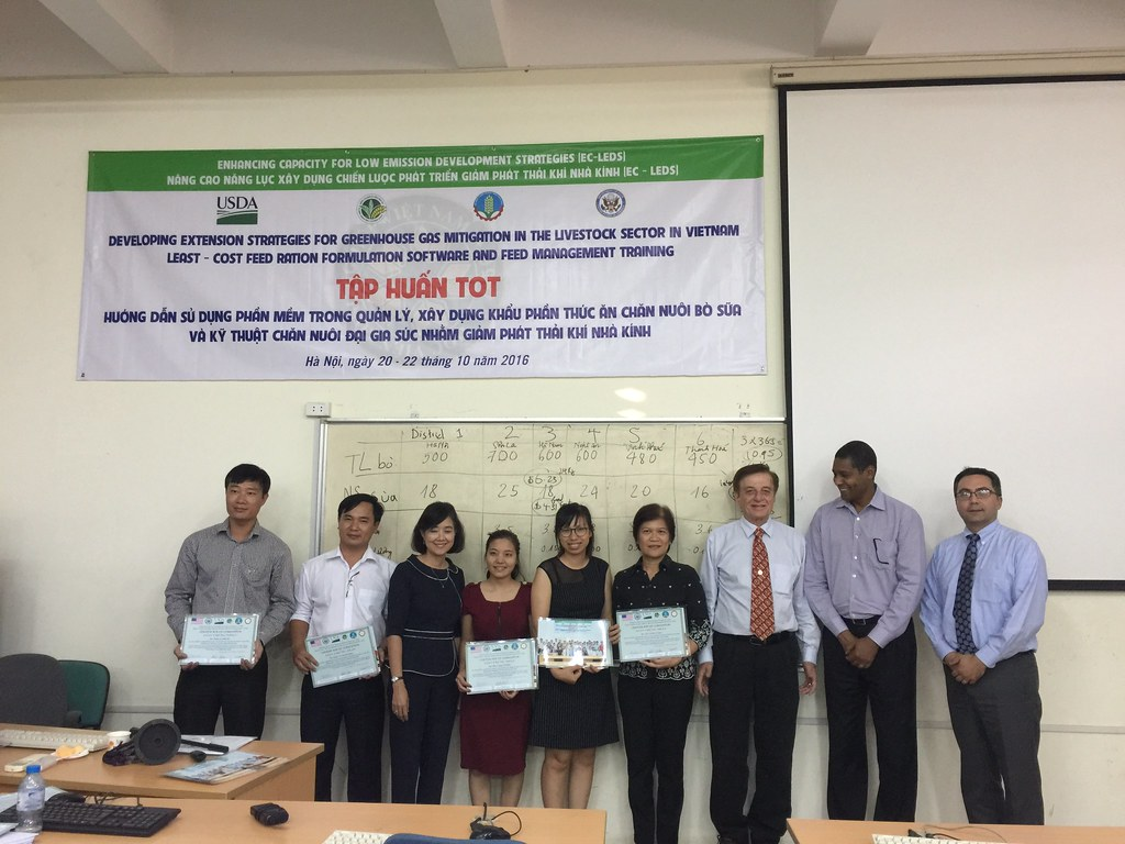 Thinh Nguyen and Lucy Lapar with their training certificat