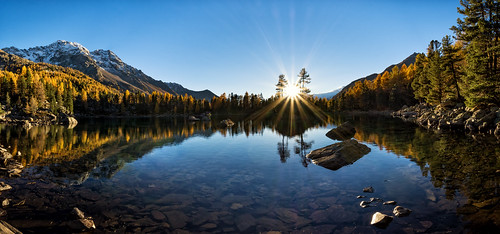 lagodisaoseo graubünden switzerland grisons laghdisaoseo lake see bergsee berge sonne sonnenuntergang sunset nikon d7200 nikkor 1024mm wideangle wide angle weitwinkel panoramic panorama mountains gelb orange green blue rays stern sonnenstern sunrays sunlight beam lächen lärche larch reflection spiegelung valdacamp poschiavo swiss suisse trees tree wood stone snow visipix