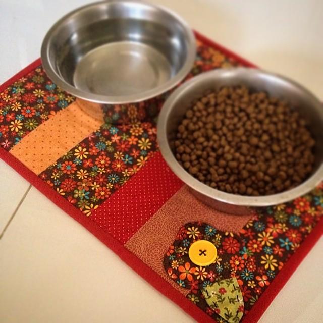 'Lugar americano' bom pra cachorro  hihihi ☀️fuxicochiq☀️  #handmade #lugaramericano #dog #doglove #instadog #flor #flower #tissu #tecido #cotton #cores #comer #cachorro #craft #patchwork ##fuxicochiq #fuxicochiqstudio