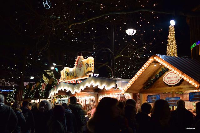Jouluvaloin koristeltuja myyntikojuja keisari Wilhelmin muistokirkon kupeessa joulumarkkinoilla