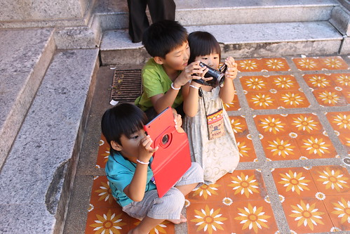 This was the cutest sight of these tourists's children trying to take their photos! | by ironypoisoning
