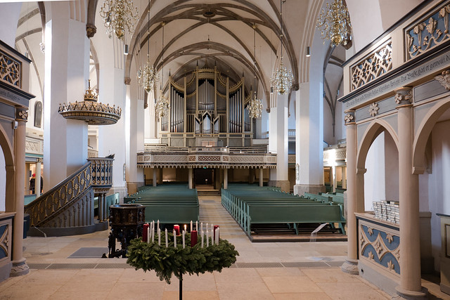Lutherstadt Wittenberg: Innenraum der Stadtkirche, Blick vom Altar zur Orgel - Town Church, view from the Altar to the organ
