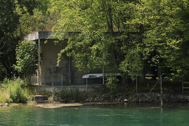 Infanteriebunker ( Bunker - Militärbunker ) aus der Zeit des zweiten Weltkrieg am Ufer des Rhein ( Fluss - River - Hochrhein ) zwischen D.iessenhofen und S.chaffhausen im Kanton ... in der Schweiz