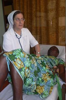 Suor Tiziana visita una donna