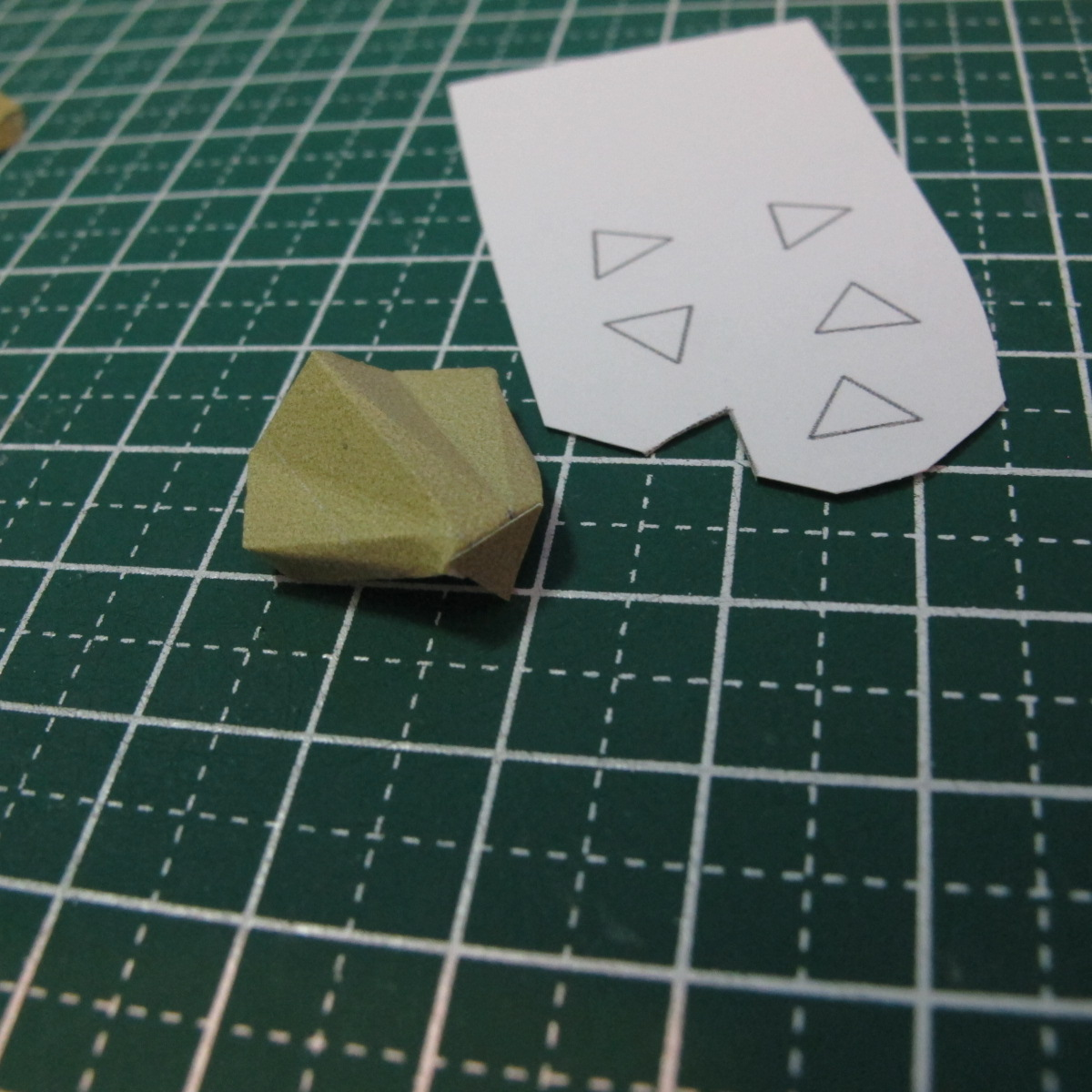 วิธีการทำโมเดลกระดาษเป็นสตอเบอรี่สีแดง 006