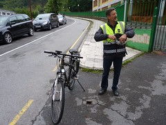 En la imagen se puede ver a uno de los agentes de la policía municipal junto con la bicicleta eléctrica