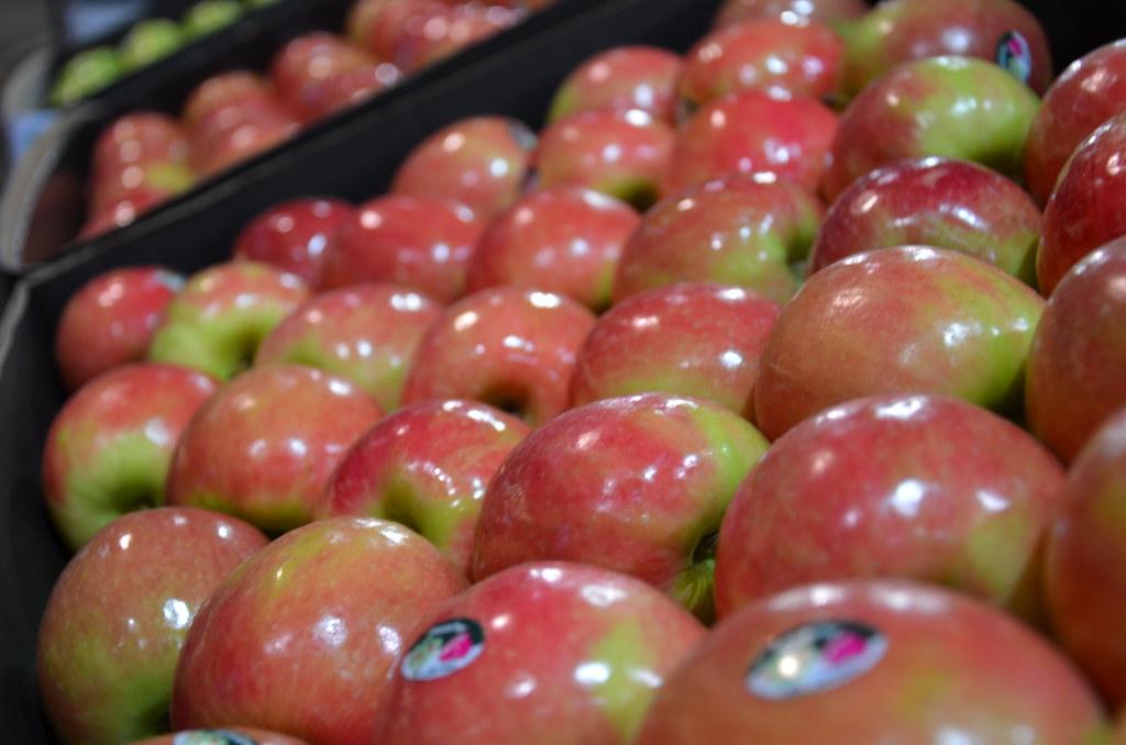 Pink Lady apples at Melbourne Markets DSC_6288